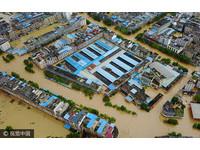 ▲▼2017年7月3日,廣西柳州市雒容鎮的街道被倒灌洪水淹沒,居民乘坐充氣艇在積水路段出行。(圖/CFP)