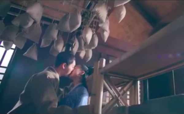 ▲陳偉霆《醉玲瓏》甜炸!MV連吻多次。(圖/翻攝自YouTube)