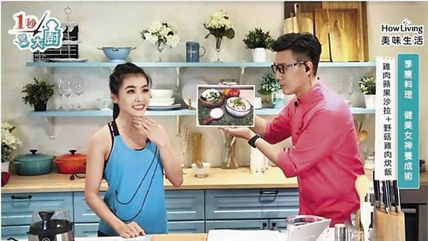 小禎最近為宣傳新書要上直播節目《一秒變大廚》,特別點名要上另一主持人小嫻(左)的時段。右為蔣偉文。( 翻攝自《一秒變大廚》直播)
