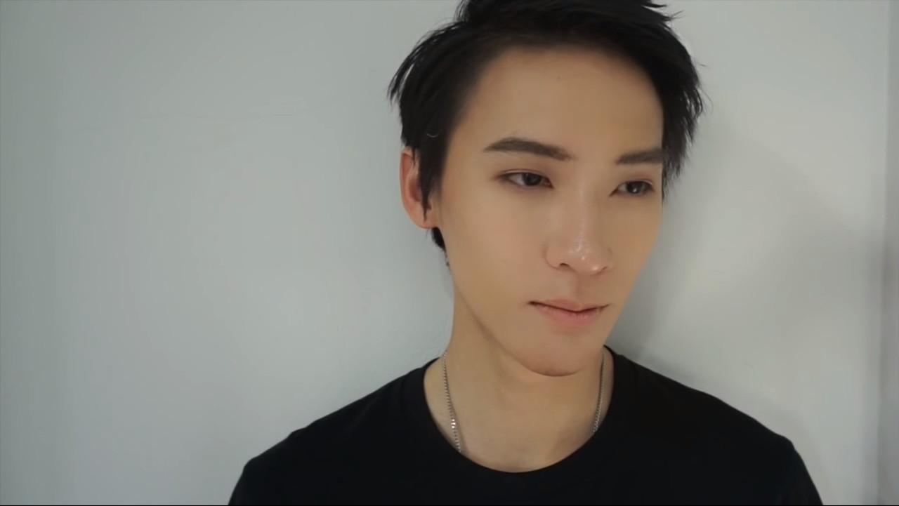 誰說男生不用化妝!泰男體驗化妝術 魯宅10分鐘變身花美男。(圖/翻攝自Monkey Sis YouTube)