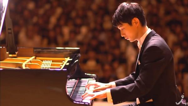 ▲坂口健太郎在新戲扮演超人氣鋼琴家。(圖/翻攝自TBS YouTube)