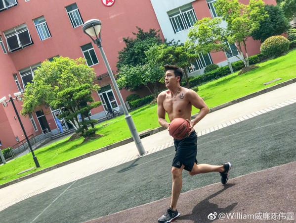 ▲陳偉霆裸上半身打球。(圖/翻攝自陳偉霆臉書、微博)