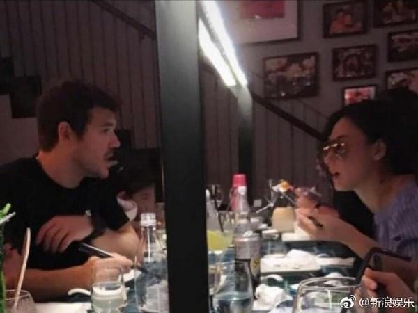 ▲張柏芝和外籍男子吃飯。(圖/翻攝自陸網《新浪娛樂》)