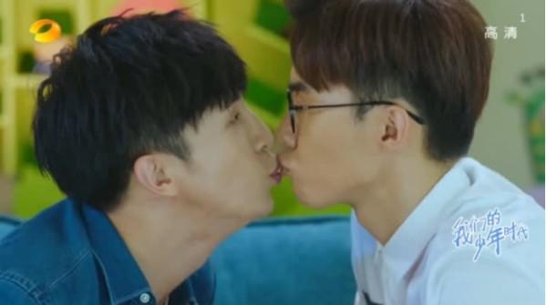 ▲薛之謙、唐禹哲在戲裡意外上演男男吻。(圖/翻攝自《星聞揭秘》秒拍)