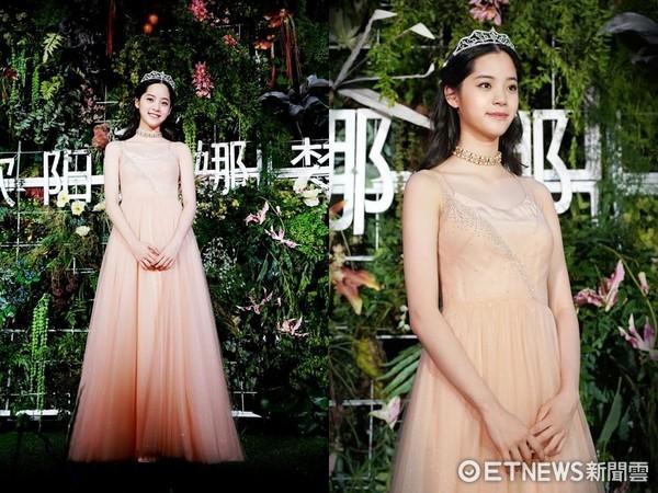 ▲歐陽娜娜北京舉辦記者會,戴鑽石皇冠開心圓了公主夢。(圖/環球音樂提供)