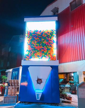 ▲台南超巨大扭蛋機 Gacha box。(圖/IG@k28323828提供,請勿隨意翻拍,以免侵權。)