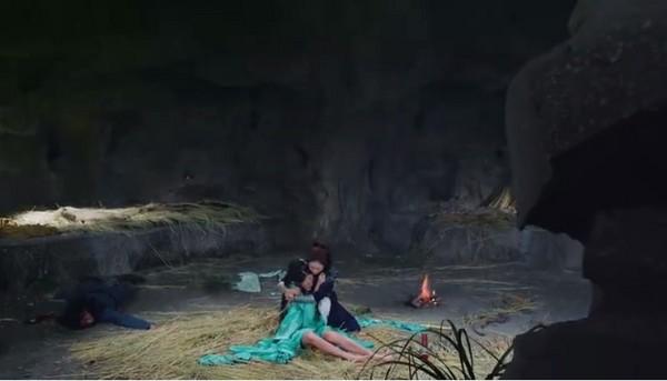 ▲李沁被趙麗穎緊抱入懷安慰。(圖/翻攝自《楚喬傳》微博)