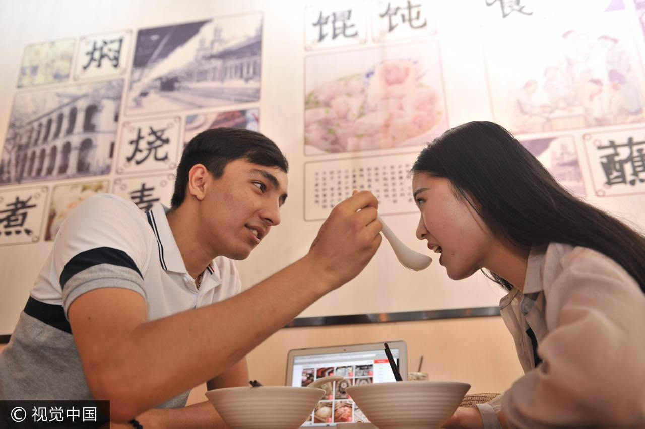 吃飯,情侶,餵食,兩性,交往。(圖/CFP視覺中國)
