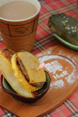 「饅想和你在一起漢你」使用漢堡肉、起司等入菜,南瓜口味的脆饅頭,口感扎實,可選擇多加起司和花生醬,(65元/份)。