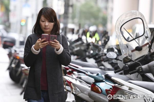 ▲辣妹、辣妹玩手機。(圖/記者黃克翔攝)