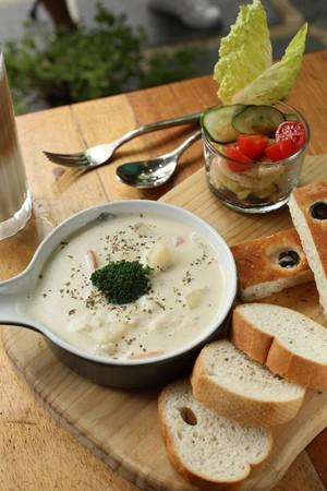 店內也提供燉菜料理,「奶油香甜燉雞」搭配麵包品嘗,頗受好評。(220元/份)。