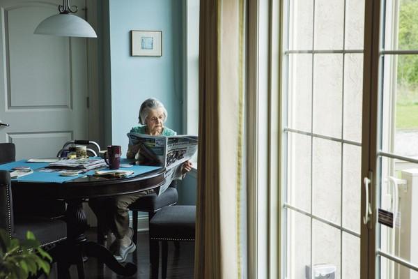 採訪這天,思鐸近90歲的母親(圖)在一旁靜靜看報、喝茶,最後還跟我們暢談兒子當年出櫃的過程。