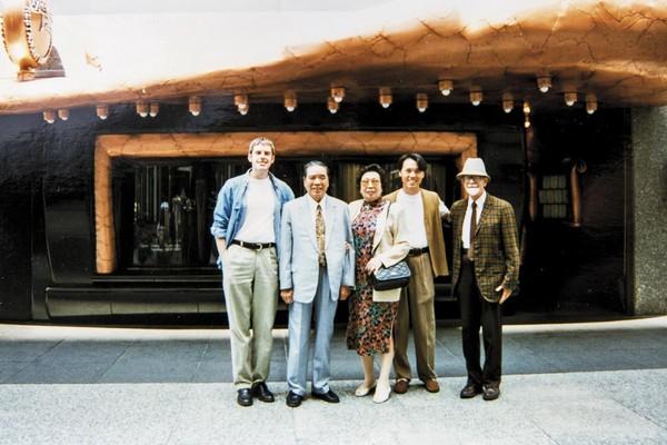 1995年春天,陳子良(右2)的父母(左2、左3)前往芝加哥探望思鐸(左1)及其雙親。掌鏡者為思鐸的母親。(陳子良提供)