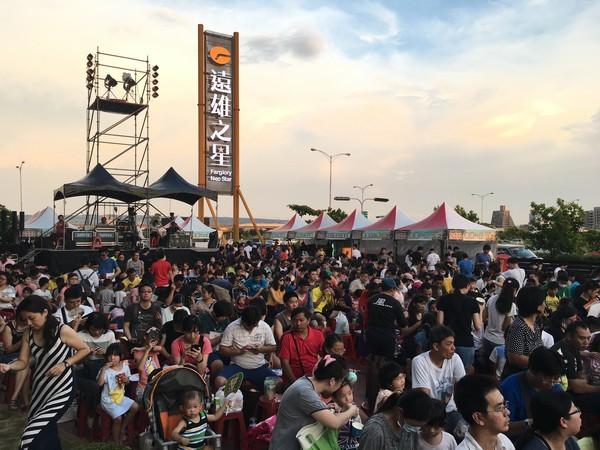 ▲遠雄文教公益基金會15日晚間在台中清水舉行的「愛在紙風車公益活動」吸引大批民眾參與,超過逾五千人共襄盛舉。(圖/業者提供)