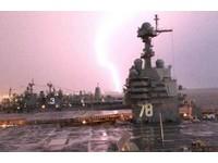 ▲▼福特號航空母艦拍下閃電瞬間。(圖/翻攝自USS Gerald R. Ford - CVN 78粉絲專頁)