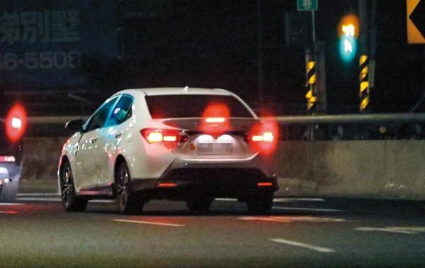 01:49 本刊直擊張景嵐駕駛白色轎車載著小煜,一路開到新北新店住宅區。
