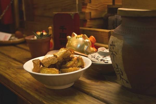 翻轉傳統小吃!屏東獨家甜味臭豆腐灑芝麻粉、花生粒