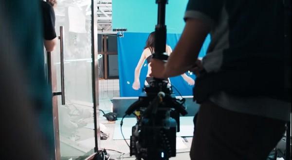 ▲長澤雅美跳水是在其他地方拍攝。(圖/翻攝自underarmourjapan YouTube)