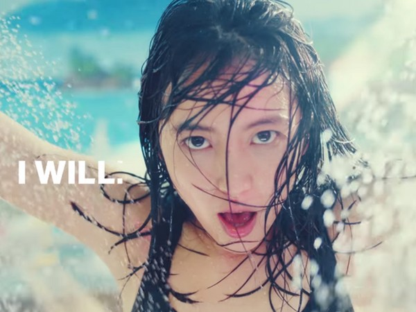 ▲長澤雅美「澡堂狂舞」廣告掀起網友議論。(圖/翻攝自underarmourjapan YouTube)