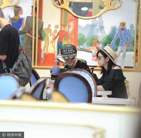 ▲陳曉抱著兒子,又有老婆陳妍希在身邊,難得露出笑容。(圖/CFP)