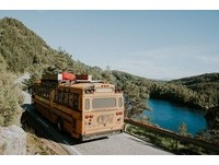 ▲國外一對夫婦將校車改裝成「游牧巴士」(Nomads Bus)。(圖/翻攝自Let's be Nomads臉書、boredpanda,攝影:Angela Kaja Ferro)