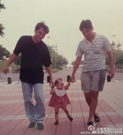 ▲焦恩俊貼出20年前舊照,原來帶女兒到同一個地點拍美照。(圖/翻攝自焦恩俊微博、焦曼婷臉書)