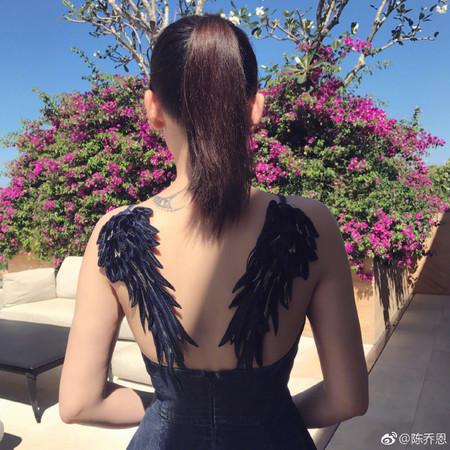 ▲▼陳喬恩「後肩刺青」藏20歲紀念。(圖/翻攝自陳喬恩微博)