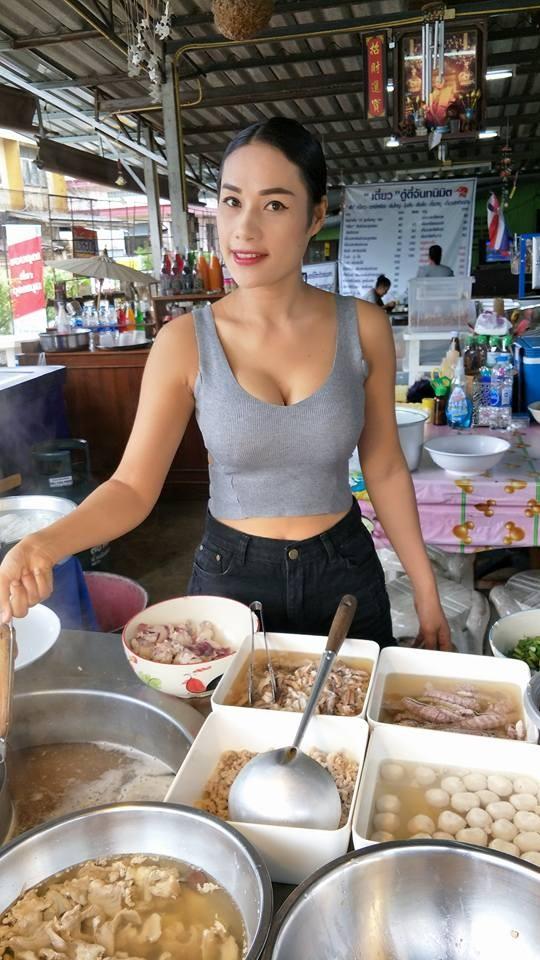 泰小吃攤老闆娘「爆乳煮粿條」 熟客:用量實在才來的(圖/翻攝自ก๋วยเตี๋ยวดู๋ดี๋จันทนิมิต臉書)