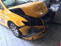 ▲計程車失控衝撞騎樓監視畫面曝光。(圖/記者陳豐德翻攝)