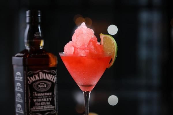 Jack Daniel's Old No.7搭配Cosmopolitan調飲,莓果味冰沙很消暑。