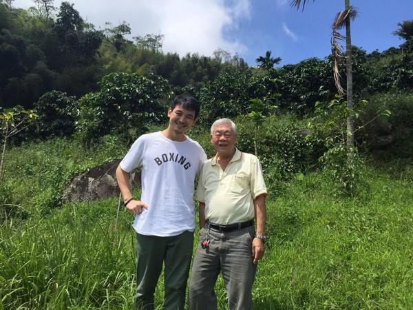 伊藤篤臣(左)到阿里山拜會台灣精品咖啡先驅、「熱帶舞曲莊園」的老闆李高明。(伊藤篤臣提供)