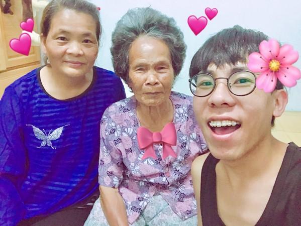 ▲林進在母親節告白媽媽和阿嬤「妳們健康快樂就是我最大的福報」。(圖/翻攝自林進臉書)