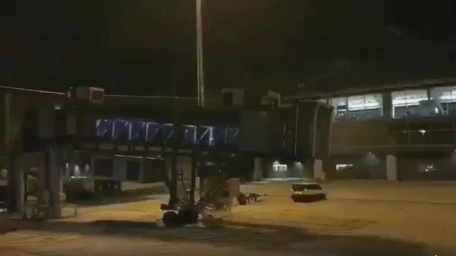 泰機場鬧鬼?大批旅客「飄」下空橋,影片嚇尿…官方僻謠也沒用(圖/翻攝自網路)