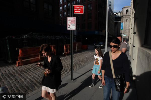 ▲▼走路時滑手機,經常造成交通事故。(圖/CFP)