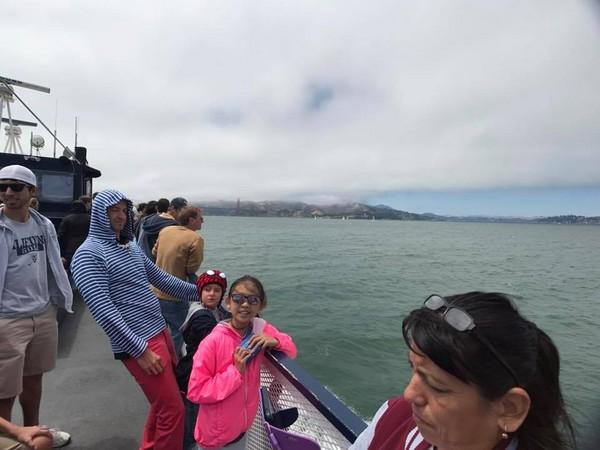 ▲小禎幫女兒拍照,網友發現後方低調的外國人似乎是休傑克曼。(圖/翻攝自小禎、休傑克曼臉書)