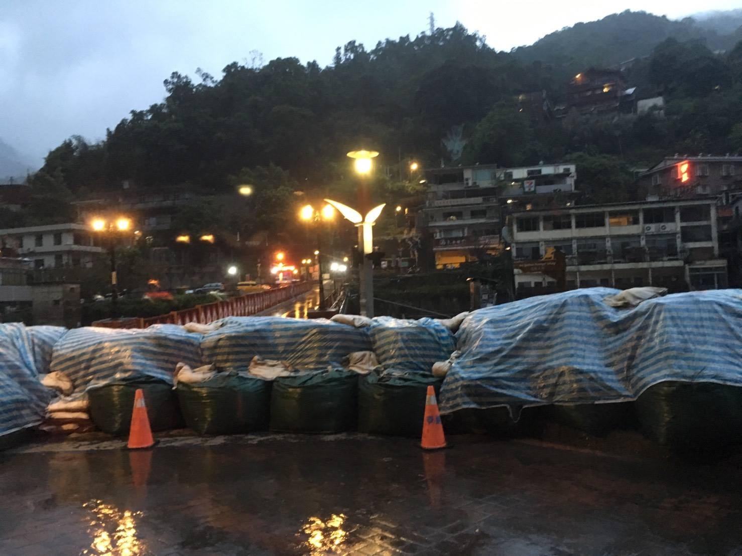 用生命在泡湯!記者颱風天連線 歐巴桑群聚暴漲溪邊…泡溫泉(圖/小檸檬供稿專用)