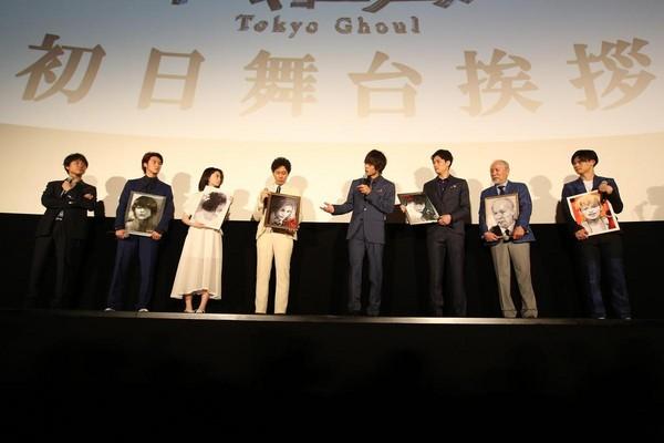 演員獲贈原作者的親筆畫。(采昌國際多媒體提供)