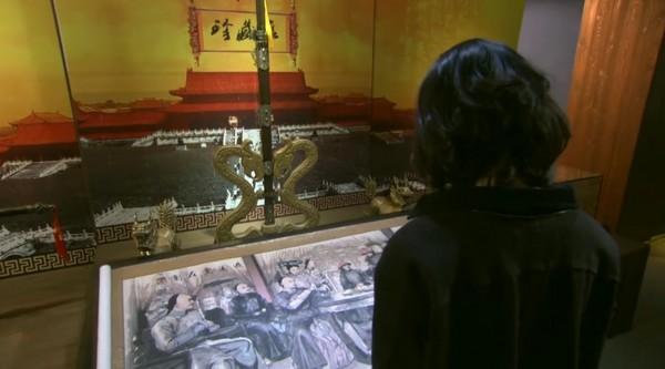 ▲《步步驚心》完結篇,女主角也在古物展看到自己的旗袍裝。(圖/翻攝自YouTube)