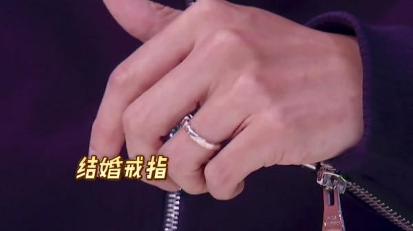 ▲馮德倫上《姐姐好餓》亮出結婚戒指。(圖/翻攝自「愛奇藝姐姐好餓」臉書)