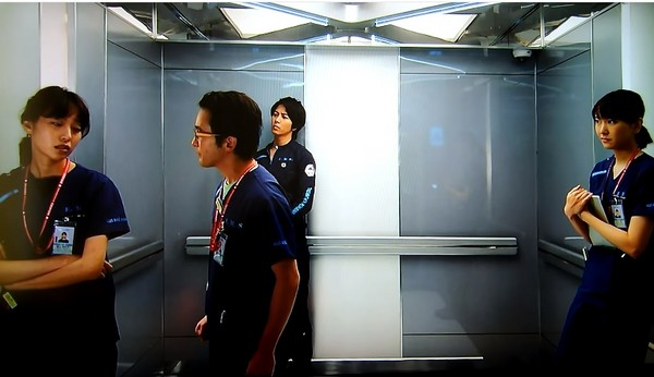 ▲《空中急診英雄》電梯戲難得4醫生聚頭。(圖/翻攝自YouTube)