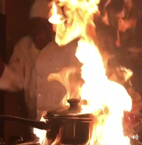 ▲▼怕燙想學廚師炸薯條,結果廚房燒起來了。(圖/翻攝自FB,UNILAD)