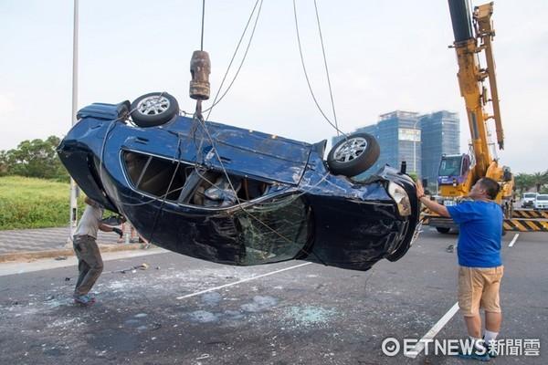 ▲演員在車內倒吊拍攝。(圖/三立)