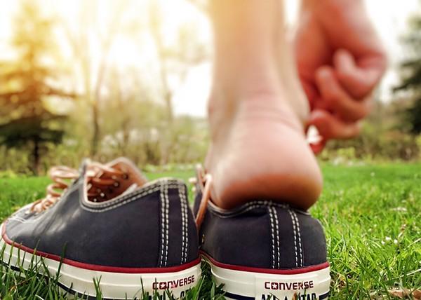 ▲夏天腳臭讓尷尬癌發作?五大方法有效擊退惡臭。(圖/取自pexels)