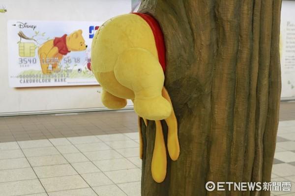 色情日屁_小熊维尼爬进东京地铁 新宿车站出现超疗愈「黄色屁股