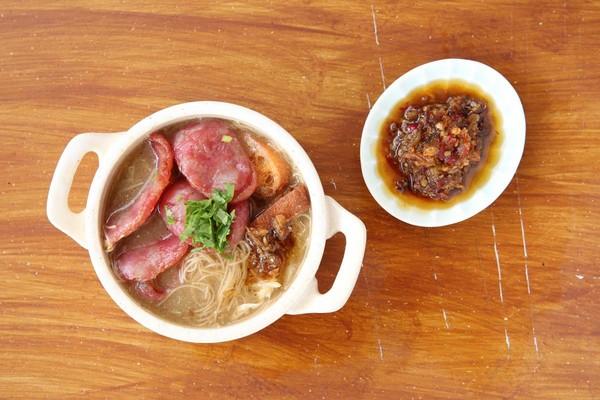 「台灣香腸麵線」加上一匙自炒辣椒醬,非常過癮。(80元/碗)
