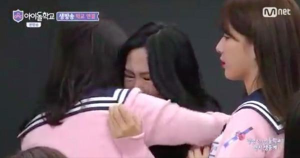 ▲▼ 蔡瑞雪被《偶像學校》淘汰! 學員抱在一起痛哭(圖/翻攝自Mnet)