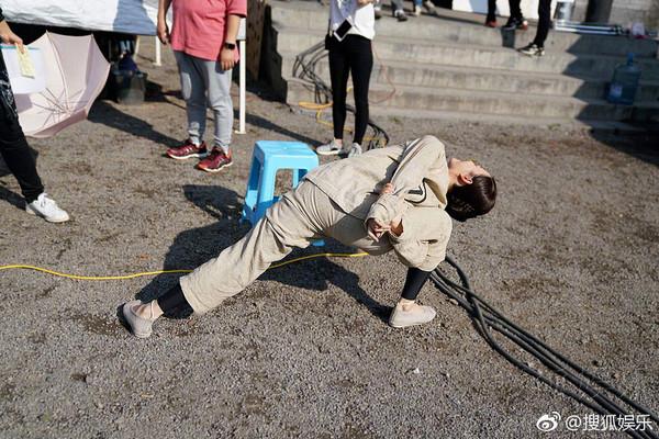 ▲孫儷穿囚服拉筋。(圖/翻攝自《搜狐娛樂》微博)