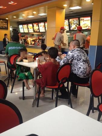 ▲▼好心人請吃飯 乞討小孩「嗑兩口就停」剩下要給媽媽吃。(圖/翻攝臉書/Patrisha Capillan)