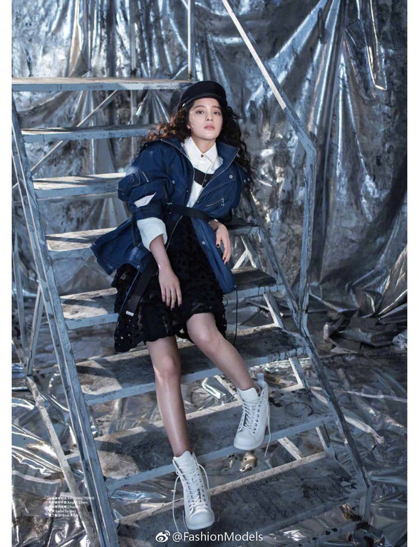 ▲歐陽娜娜週末畫報封面。(圖/翻攝FashionModels微博)