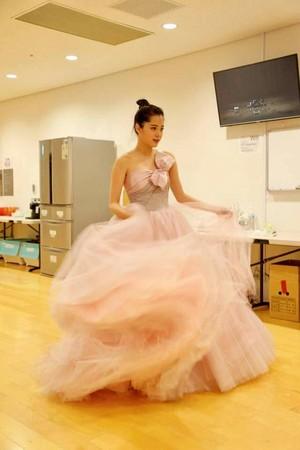 ▲歐陽娜娜穿台灣牌禮服。(圖/品牌提供)